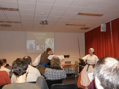 Fenixcon 2008 - ukázka šermu muž versus žena podané Cavalieri Moravi